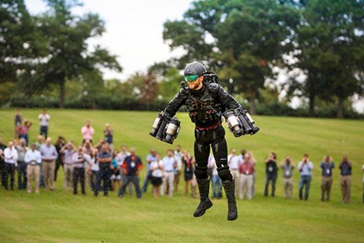 Yapay zeka ile rekabet edebilmek için, birçok insan teknolojiyle birleşecektir.