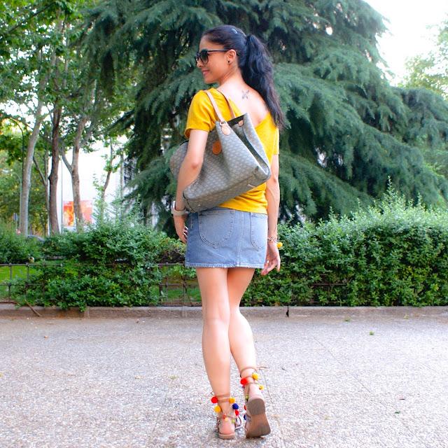 outfit LOOK Sandalias con pompones