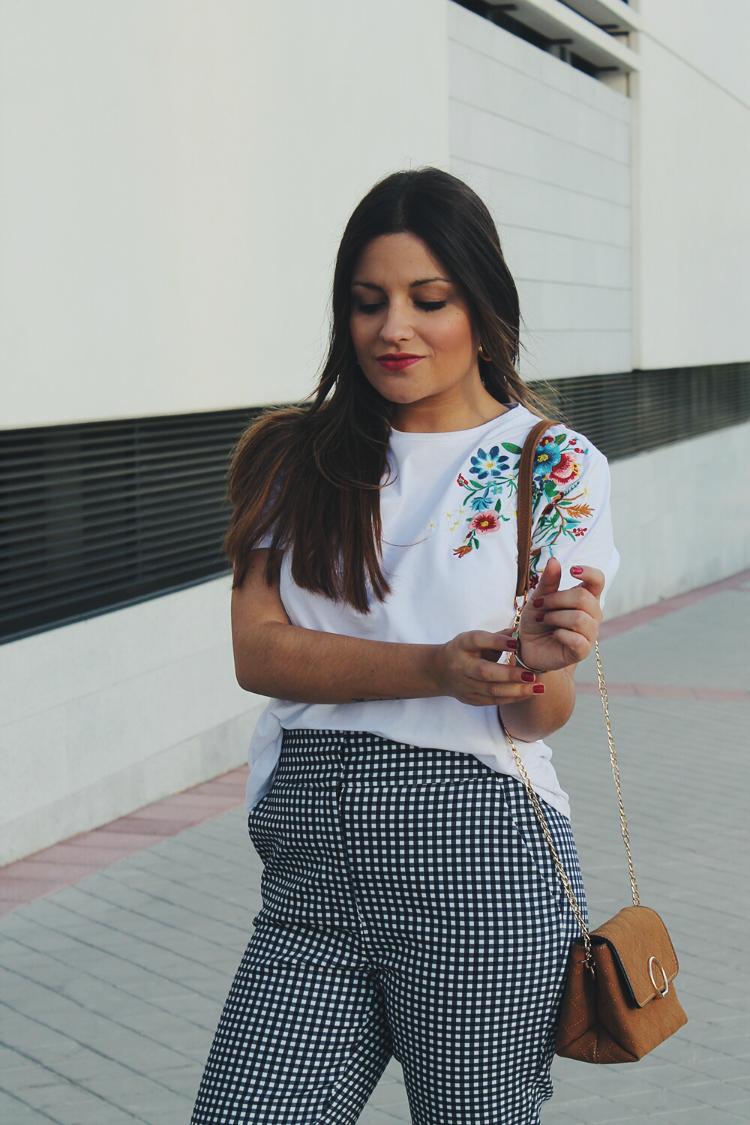 Outfit de primavera con camiseta de flores y pantalones de cuadros vichy