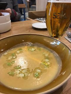 Skål med kremgul suppe med en ring av eplebiter.