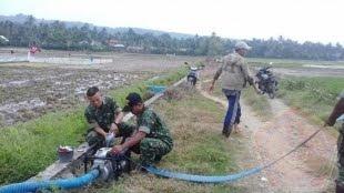 Jajaran Babinsa Koramil 20/Bandar Dua Bantu Petani Mengairi Sawah