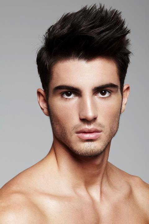 est confirmado que los hombres con pelo negro lucen atractivos y aspectos que les encantan a las mujeres