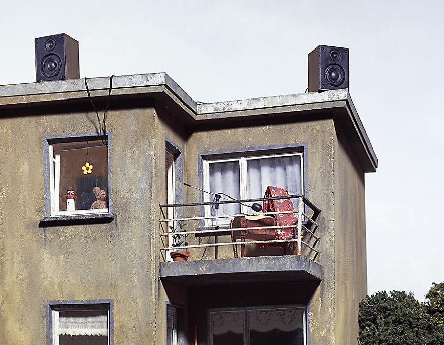 "Seorang Seniman Jerman Membuat Fotografi Miniatur dengan Sindiran ""Gelap"""