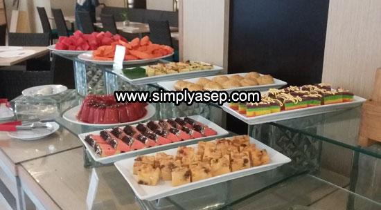 DESSERT : Ini makanan pencuci mulut yang terdiri dari kue kering, kue basah dan kue manis. SIlahkan pilih yang anda sukai. Jangan ambil semuanya. Rakus anda. Foto Asep Haryono