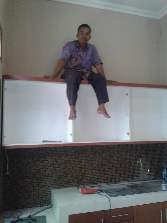 Almari Dapur Kitchen Set Kuat Menggantung Di Dinding Furniture Cara Memasang Kabinet Sendiri