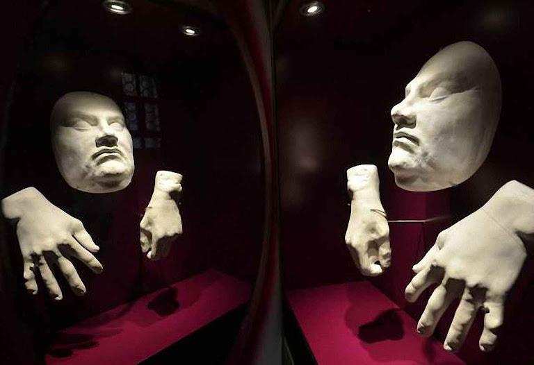 Lutero máscara mortuária do rosto e mãos exibida na igreja do Mercado, Halle, Alemanha.