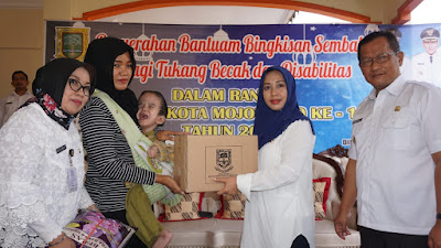 Walikota Mojokerto Bagi Sembako untuk Tukang Becak dan Penyandang Disabilitas