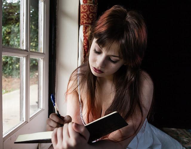 https://pixabay.com/pt/mulher-triste-escrito-di%C3%A1rio-1055092/