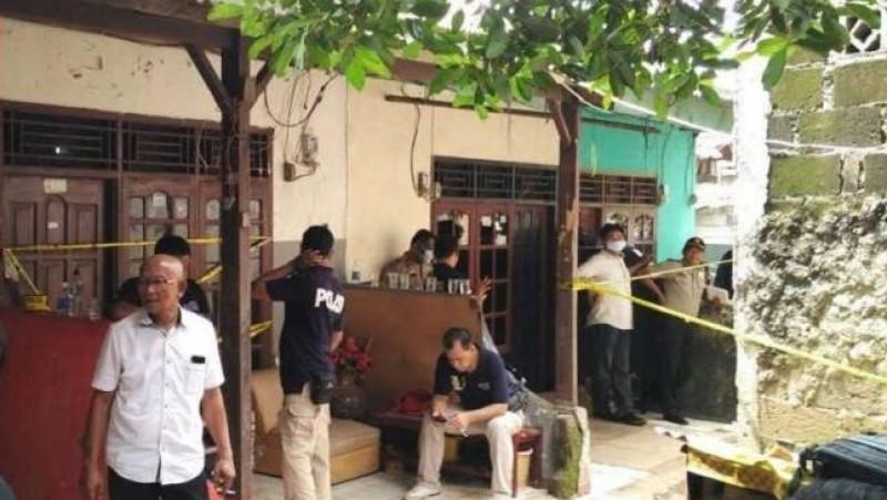 Petugas kepolisian gali lantai tempat Sopyan dikubur dan disemen