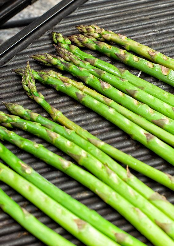Grilled asparagus popečeni šparglji na opekaču