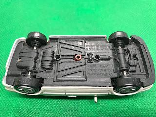 フォルクススワーゲン ゴルフ カブリオレ のおんぼろミニカーを底面から撮影