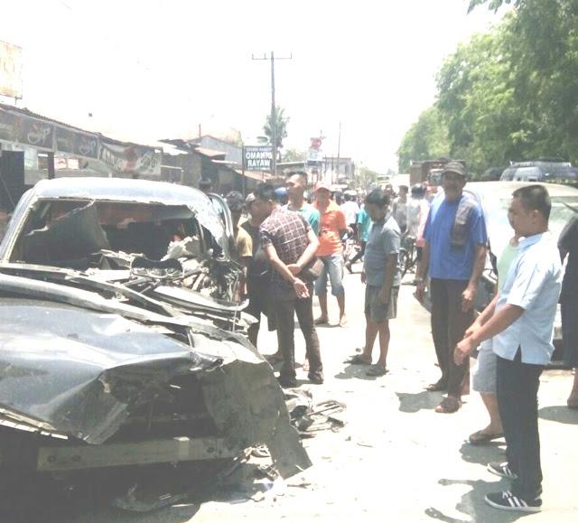 Warga menyaksikan mobil yang ringsek akibat kecelakaan di Jalinsum Asahan-Tanjungbalai.