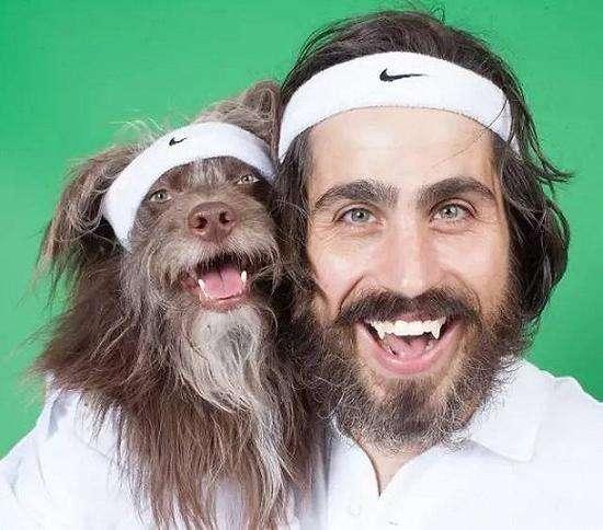 Το σκυλάκι μοιάζει ακριβώς με τον μπαμπά του! (βίντεο)