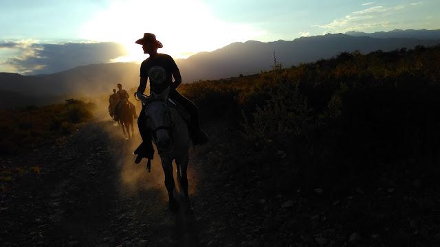 Despedida do sol em uma cavalgada na pré-cordilheira dos Andes, em Mendoza.