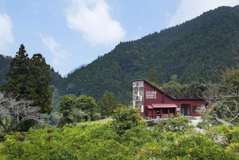 09-Kamikatz-Public-House-a-Pub-in-Japan-Built-out-of-Recycled-Materials-Hiroshi-Nakamura-&-NAP-www-designstack-co