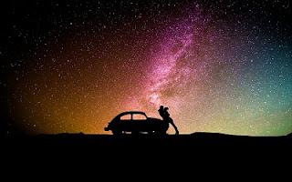 Cielo notturno con stelle cadenti