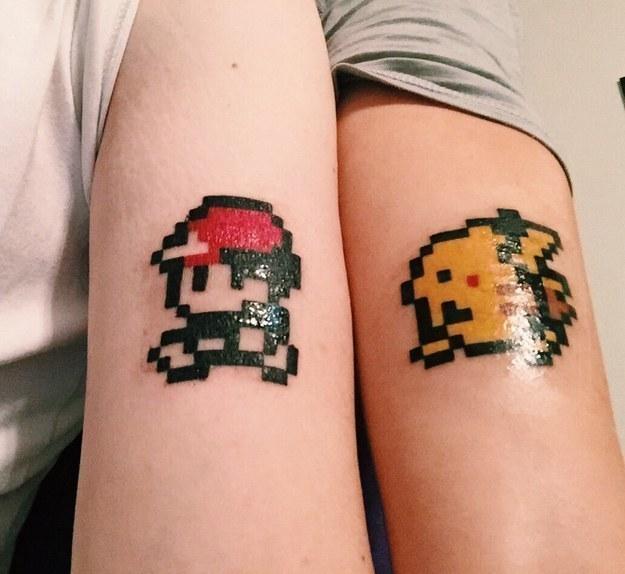 brazo de una mujer y un hombre con Tatuaje de pokemon