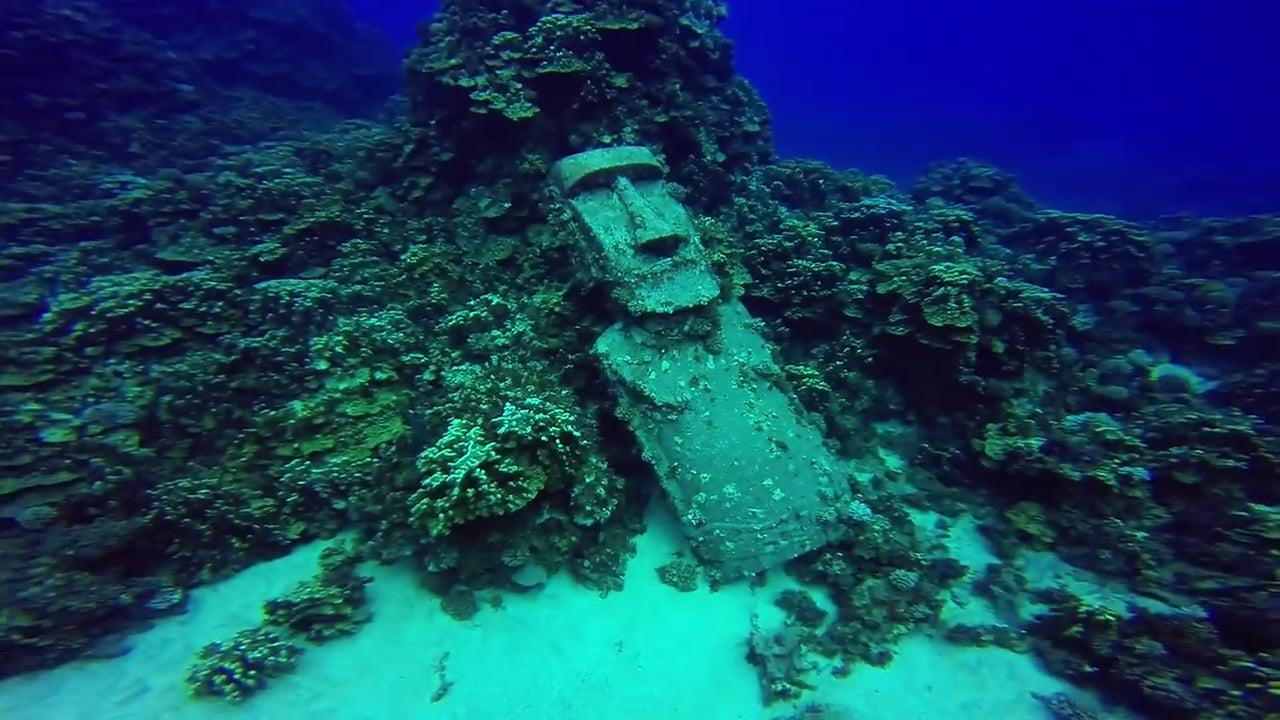海に沈んだモアイ像