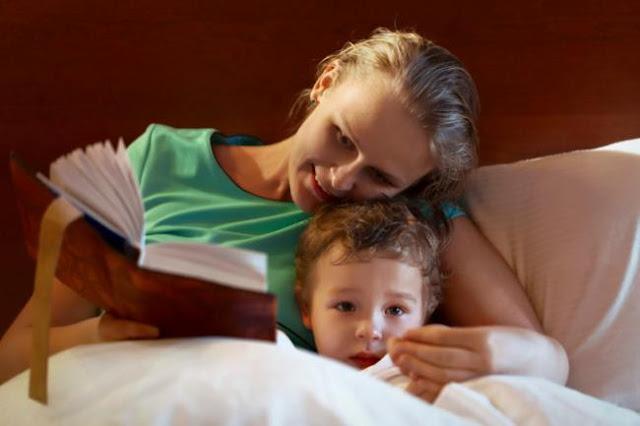 Los niños tienen que acostarse leyendo un libro, no viendo la TV