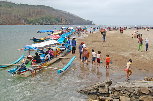 Cantiknya Pantai Jetis Nusawungu Di Kabupaten Cilacap