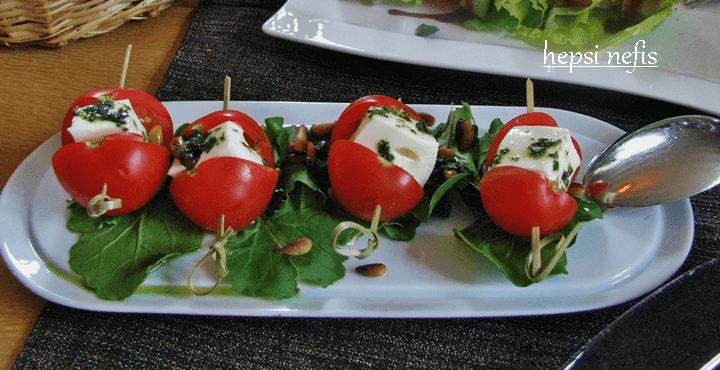 pesto soslu kapris salata