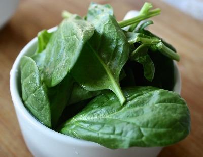 Bayam memiliki banyak zat besi yang merupakan bahan penting untuk memberi energi bagi tubuh.