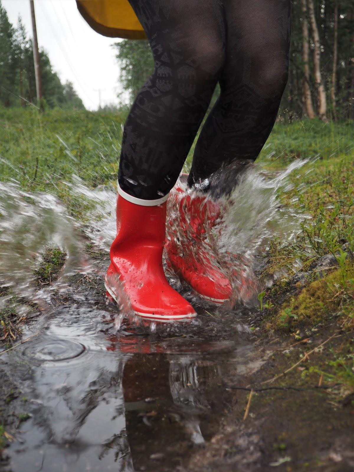 Vesilätäkköön hyppimininen, punaiset kumisaappaat, vesi, sisäinen lapsi, kuvaaja Fia Hollmén