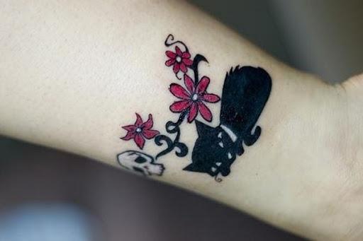 Flores e Gato Preto Tatuagem