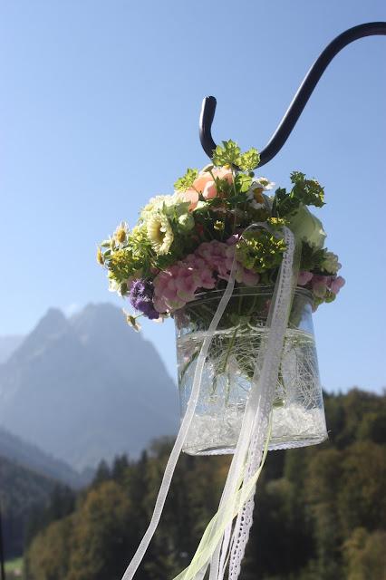 Trauung unter freiem Himmel, Pastell und Vintage Hochzeit in zarten Regenbogenfarben, Riessersee Hotel, Garmisch, Bayern, vintage lake-side wedding in pastel colours, Germany, Bavaria, wedding destination