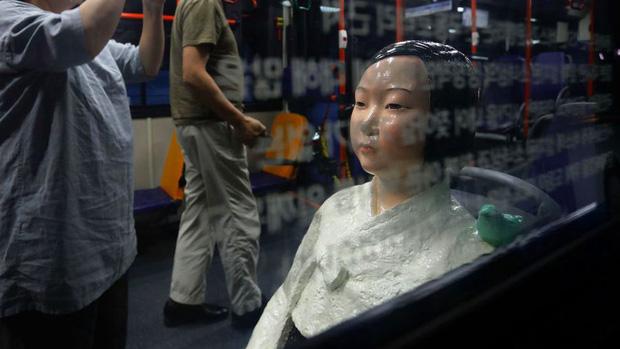 Thấy lạ vì ai lên xe bus cũng nhường ghế cho bức tượng vô hồn này ngồi, nhưng hóa ra sự thật không gàn dở như bạn nghĩ!