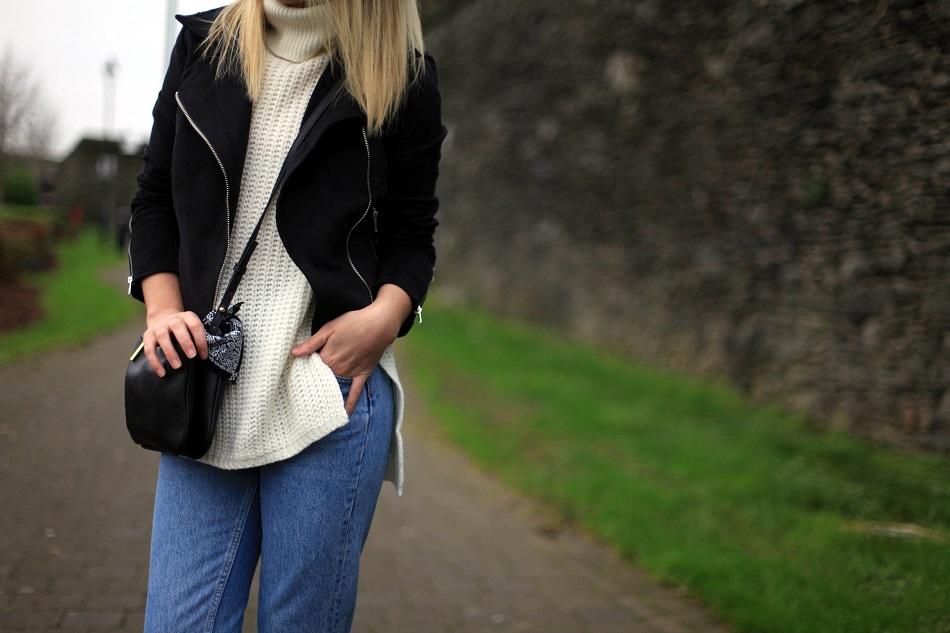 61894c9b9e Jacket: Boohoo - Sweater: Asos (similar here) - Jeans: River Island  (similar here) - Bag: Mango (similar here) - Boots: Topshop