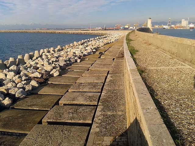 Molo Novo, curved seawall, port of Livorno