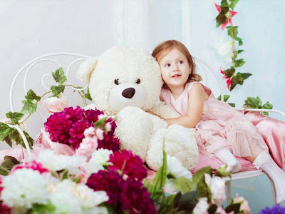 oyuncak-ile-kız-cuty-enstantane görüntü