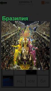 На площади много народа, идет праздник в Бразилии, настоящий карнавал