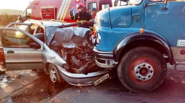 Carro bate em caminhão e motorista fica preso às ferragens em Mogi-Guaçu (SP)