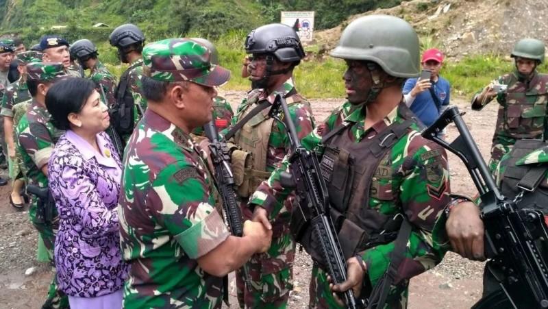 Panglima TNI Jenderal Gatot Nurmantyo menyalami prajurit yang naik pangkat