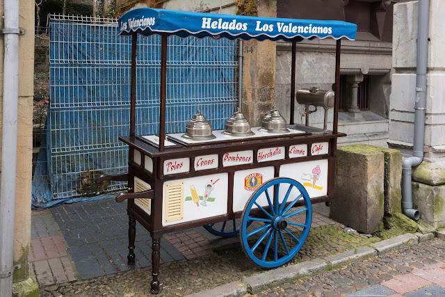 Carrito de helados artesanales en calle Rivero de Aviles Asturias.