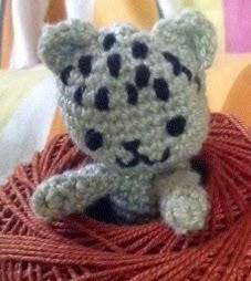 http://translate.google.es/translate?hl=es&sl=auto&tl=es&u=http%3A%2F%2Fneocurios.blogspot.com.es%2F2014%2F05%2Fpocket-kitty-doll-free-crochet_11.html