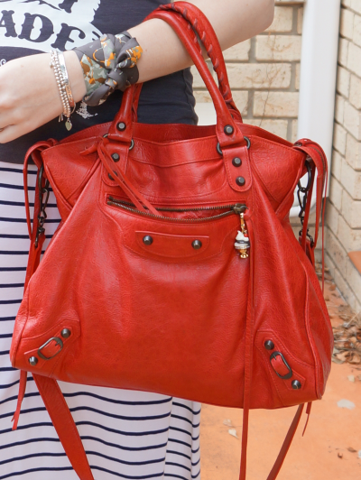 Balenciga classic coquelicot velo bag worn on arm hermes twilly Kelly en Calèche