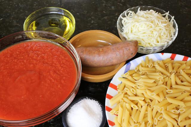 Ingredientes para macarrones con tomate, chorizo y queso