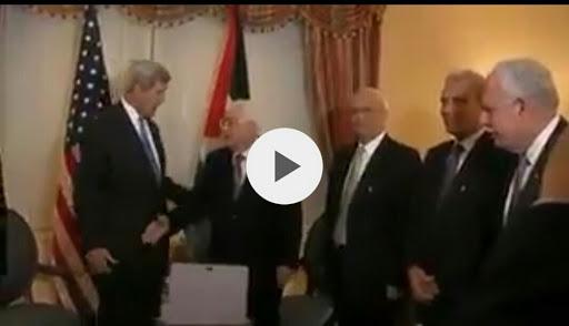 شاهد- جون كيري يرفض مصافحة الرئيس الفلسطيني محمود عباس ويضعه في موقف محرج امام العالم