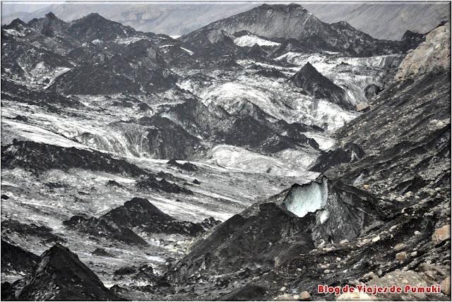 La lengua del glaciar Sólheimajökull es fácilmente accesible y muestra paisajes sorprendentes
