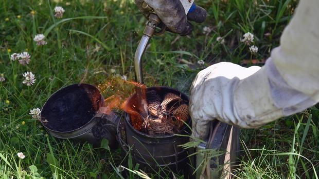 Σωστό κάπνισμα μελισσιού καθώς ανοίγουμε τη κυψέλη