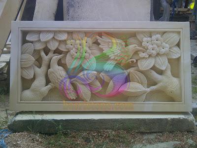 Relief bunga kamboja dan burung