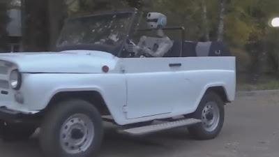 www.fertilmente.com.br FEDOR, o Robo Russo foi divulgado realizando diversas atividades humanas, aqui ele aparece dirigindo um carro, vai dar um rolezinho