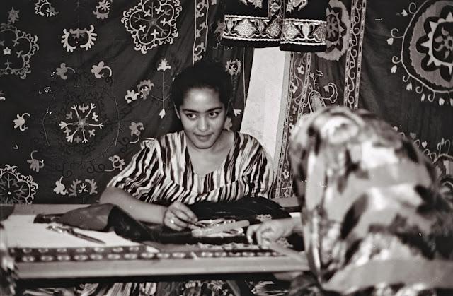 Ouzbékistan, Boukhara, brodeuse, © L. Gigout, 1999