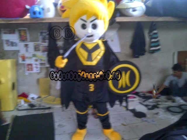 gambar depan kostum maskot pks badut pegang pedang pemilu parpol