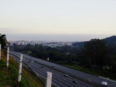 Rodovia dos Bandeirantes (no primeiro plano) e algumas vilas do bairro de Pirituba (no fundo da foto) vistos a partir da rua Alpestre, na Vila Eliana