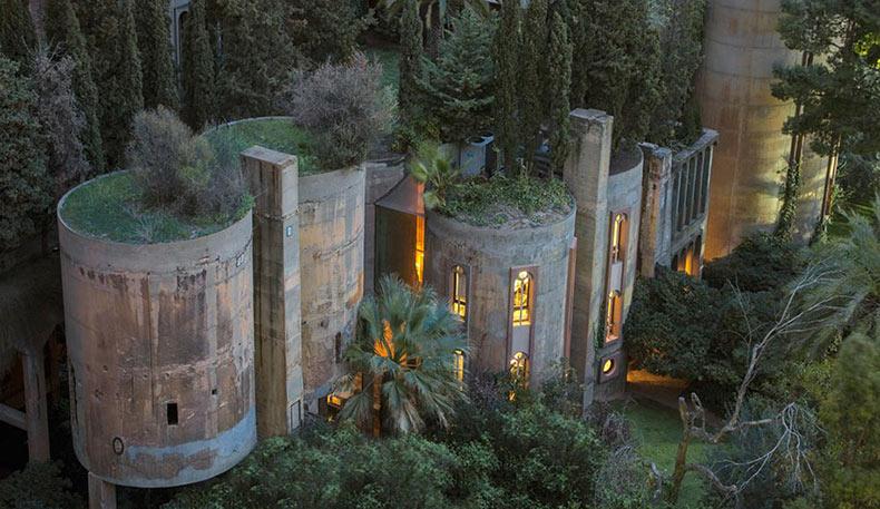 Vieja fábrica de cemento convertido en casa puede parecer fabulosa desde afuera, pero el interior esta aún mejor