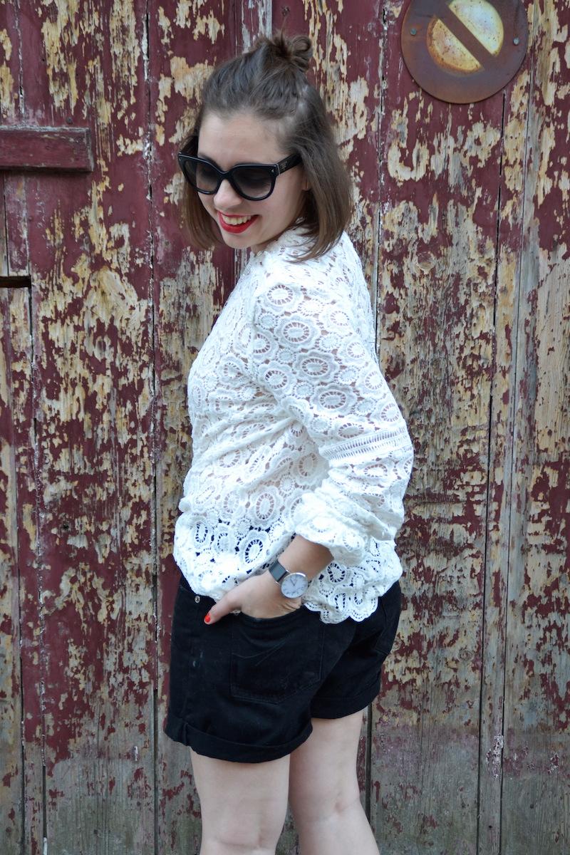 blouse dentelle Sheinside, short noir Pimkie, collier See me org, clumaster, montre marbre